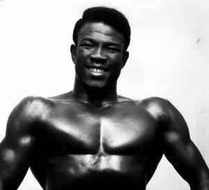 Emile Griffith exhibant sa musculature
