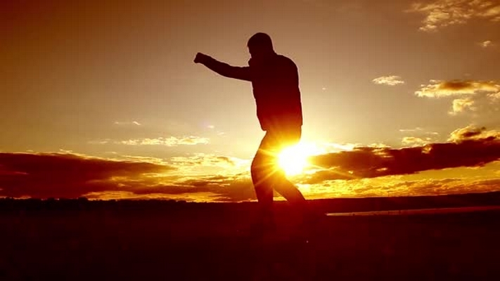 video-silhouette-of-man-boxing